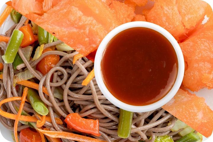 Лапша соба (овощи) + Филе лосося + Остро-сладкий соус