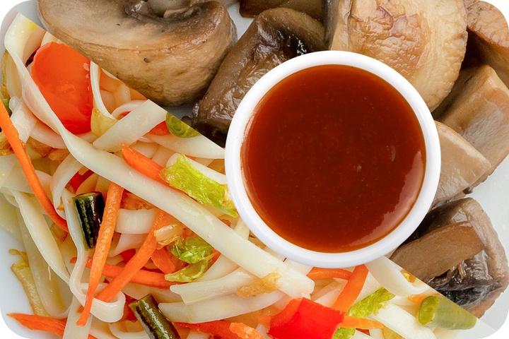 Лапша удон (овощи) + Грибы шампиньоны + Остро-сладкий соус
