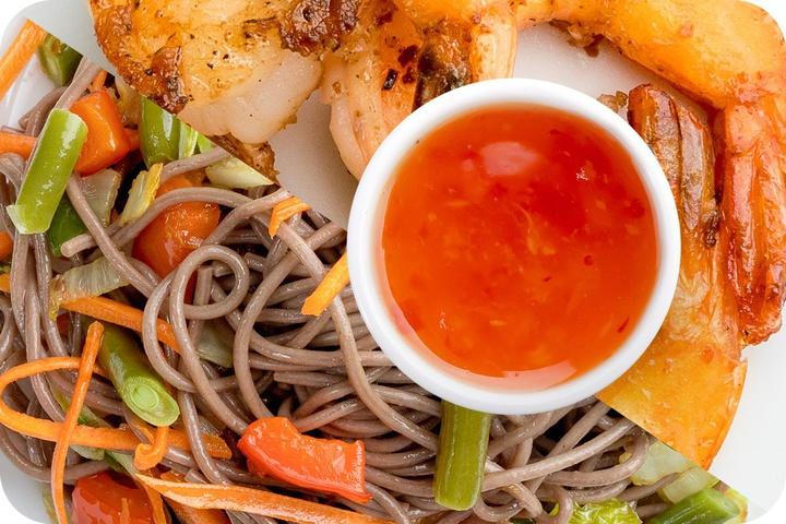 Лапша соба (овощи) + Маринованные тигровые креветки + Свит Чили